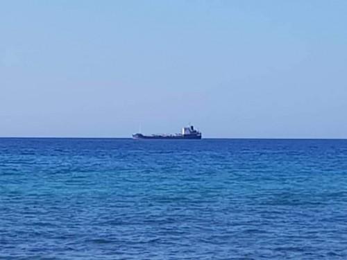 الإمارات تدعم سقطرى بسفينة مشتقات نفطية استباقاً لموسم الرياح