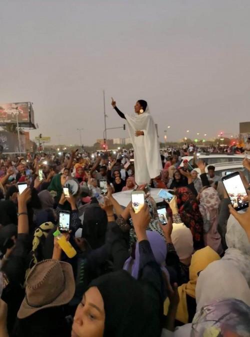 """"""" أيقونة السودان """".. ناشطة سودانية تنال لقب """" تمثال الحرية """""""