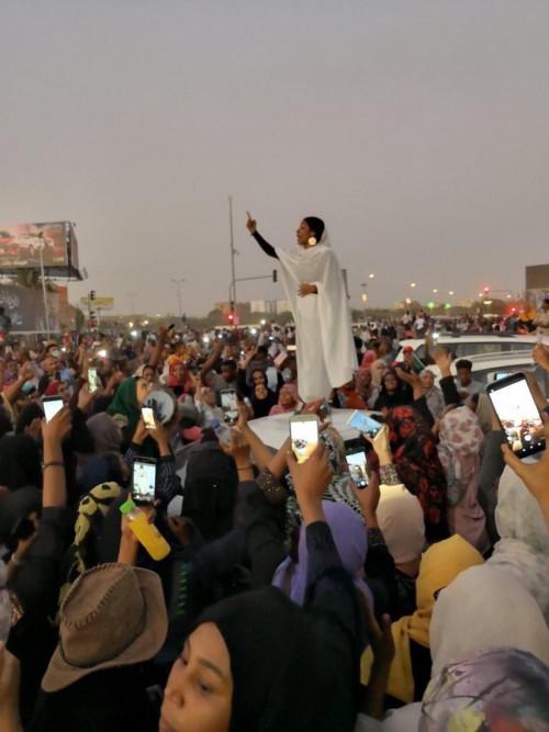 صحفية سعودية تُغرد عن أيقونة الثورة السودانية