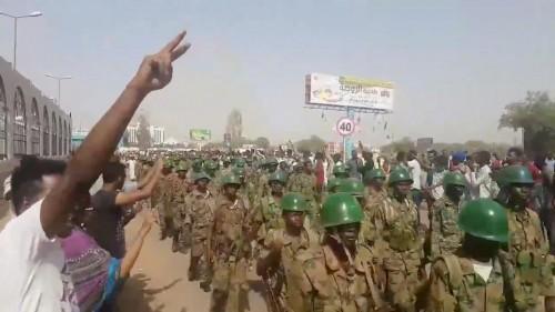 الجيش السوداني يعلن تشكيل مجلس انتقالي برئاسة الفريق أول عوض بن عوف