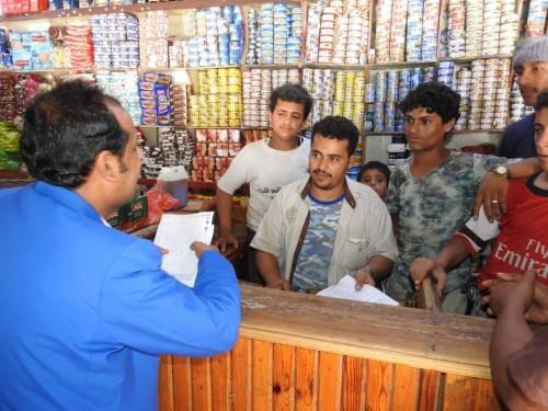 محافظ المهرة يمنع شراء مواد الإغاثة الغذائية ويهدد المخالفين (صور)