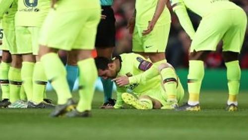 ميسي ينزف بعد تعرضه لضربة قوية في وجهه