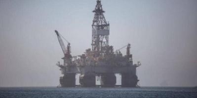 النفط ينخفض  وأوبك تدرس زيادة الإنتاج