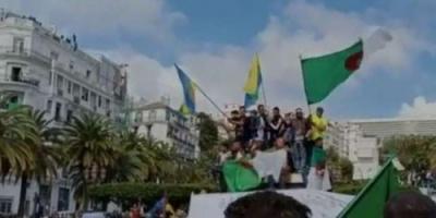 توافد المتظاهرون على ساحة البريد المركزي بالعاصمة الجزائرية