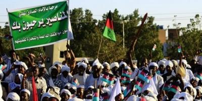 """آلاف المتظاهرين يؤدون صلاة الغائب على """" شهداء الثورة """" السودانية"""