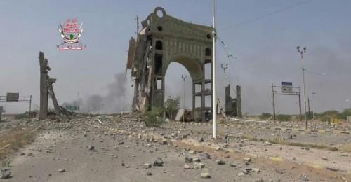 مليشيات الحوثي تستهدف مبنى سيتي ماكس في الحديدة