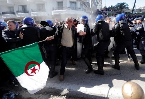 الشرطة الجزائرية تحذر المتظاهرين من تداول معلومات خاطئة