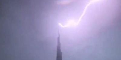 """لحظة ملامسة صاعقة برق لبرج """" خليفة """" بدبي (فيديو)"""