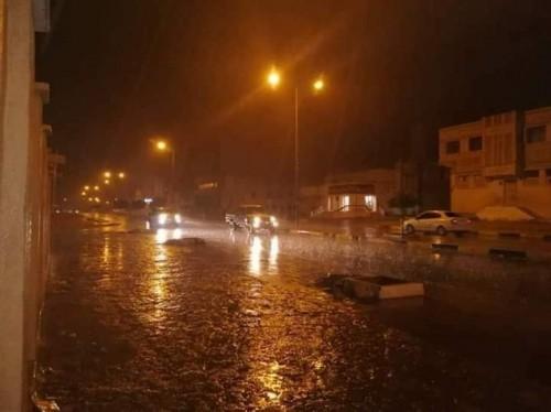 الدفاع المدني ينقذ سائقا حاصرته السيول في الشحر بحضرموت
