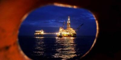 النفط ينخفض 1% بعد حديث روسيا عن زيادة إنتاجها
