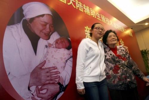 أول مولودة في أنابيب تنجب طفلا في الصين (صور)