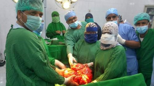 استئصال ورم يزن  10كيلو من مريضة بمستشفى المكلا للأمومة والطفولة (صور)