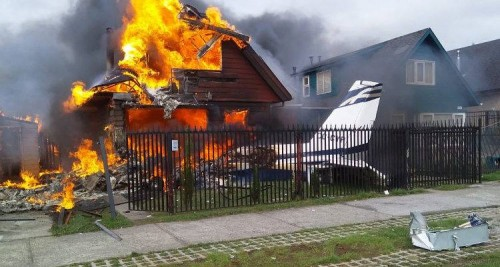 مصرع 6 أشخاص إثر سقوط طائرة صغيرة على مبنى سكني بتشيلي