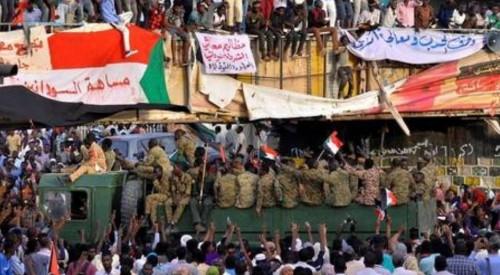 انضمام حشود جديدة إلى الاعتصام أمام وزارة الدفاع السودانية