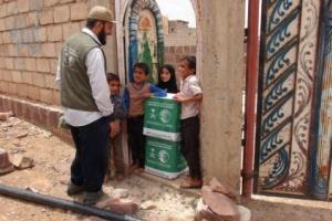 سلمان للإغاثة يوزع 1500 سلة غذائية على النازحين في مديرية قعطبة بالضالع