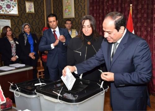 الرئيس المصري يدلي بصوته بالاستفتاء على التعديلات الدستورية