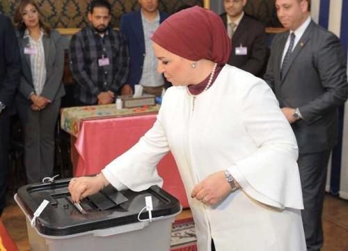 انتصار السيسي تدلي بصوتها في الاستفتاء على الدستور المصري