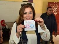 نهال عنبر تشارك في الاستفتاء على التعديلات الدستورية (صور)