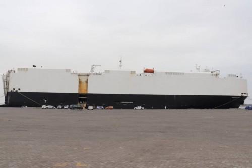 الباخرة باساما تفرغ 2434 سيارة في ميناء عدن