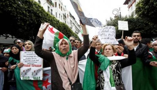 مئات الجزائريين يحتشدون أمام المحكمة في انتظار مثول مسئولين بتهم الفساد