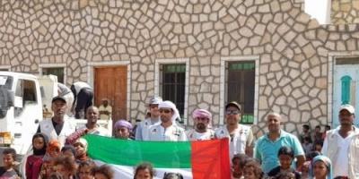 """مساعدات """"خليفة الإنسانية"""" تصل شرق سقطرى وإعداد مروحية للوصول للمناطق البعيدة (صور)"""