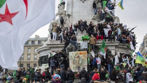 متظاهرون جزائريون يطردون وزيرًا سابقًا بطريقة مهينة في باريس (فيديو)