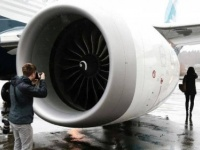 """الصين.. """"من أجل فأل حسن"""" مسافرون يلقون بعملات معدنية بمحركات الطائرات"""
