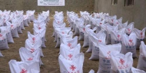 توزيع مساعدات غذائية صينية على النازحين بعدن