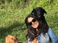 سلمى حايك تحتفل بعيد الفصح بجلسة تصوير برفقة كلبيها (صور)