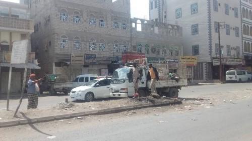 صندوق النظافة بردفان يستعين بنازحين صوماليين للعمل الإضافي