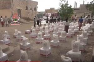الهلال الإماراتي يوزع آلاف السلال الغذائية على سكان حيس بالحديدة (فيديو)