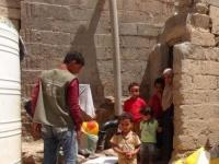 سلمان للإغاثة يوزع سلال غذائية للنازحين والمتضررين في الضالع