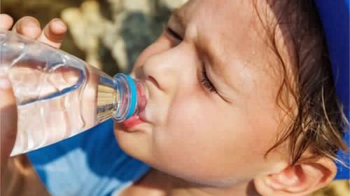 دراسة أمريكية حديثة: شرب الماء ضروري لصحة الأطفال
