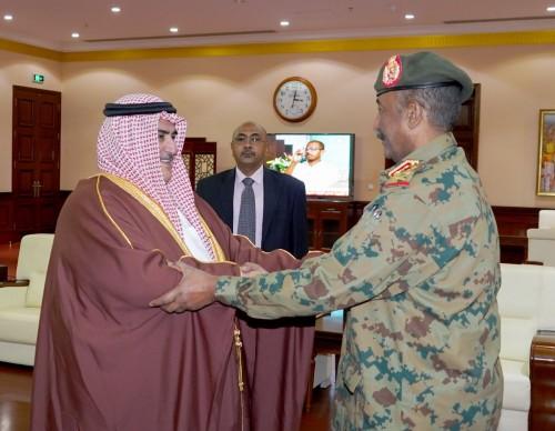 خالد بن أحمد ينقل رسالة مؤازرة من ملك البحرين للفريق عبد الفتاح البرهان