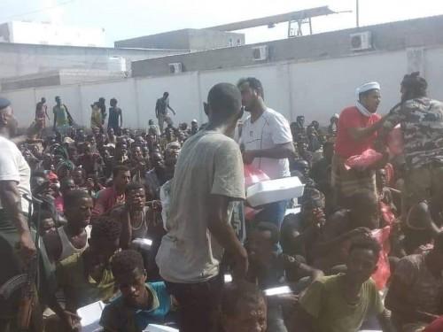 الهلال الإماراتي يوزع ألف وجبة للمهاجرين الإثيوبيين بعدن