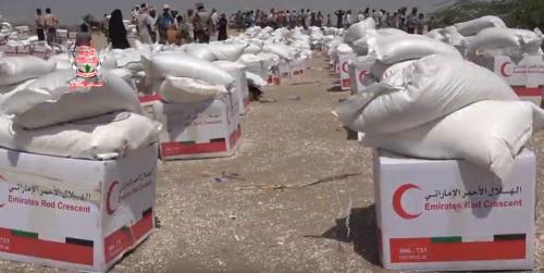 الهلال الإماراتي يوزع 500 سلة غذائية على الأهالي والنازحين في الدريهمي (فيديو)