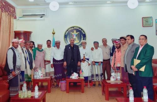 الرئيس الزبيدي يناقش تطورات الأوضاع على جبهات القتال مع مشائخ أبين