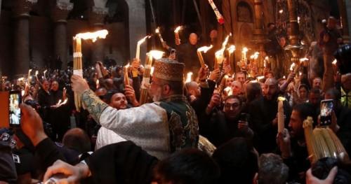 لحظة ظهور النور المقدس في كنيسة القيامة (فيديو)