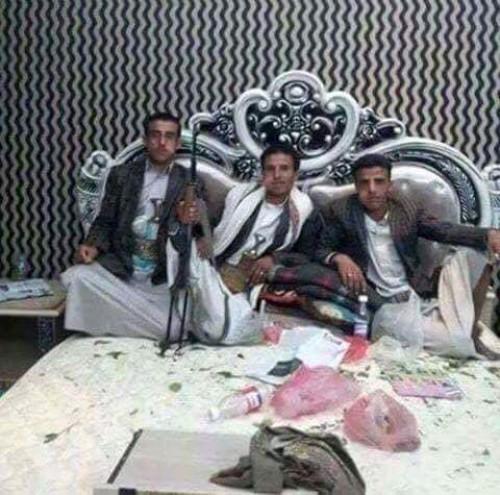 المقاومة الجنوبية تكشف السر الكبير.. ماذا يفعل حوثيان في غرفة نوم محسن الأحمر؟