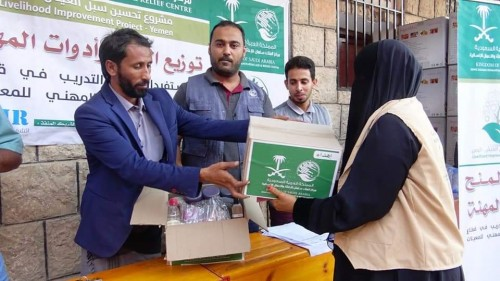 تدشين توزيع أدوات المهنة لمعيلات الأسر في مدينة عزان بشبوة (صور)