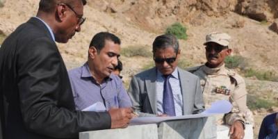 محافظ حضرموت يفتتح مشروع ويضع حجر الأساس لأخر بمنطقة بروم (صور)