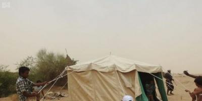 مركز الملك سلمان يوزع مساعدات إيوائية للنازحين في حجة (صور)