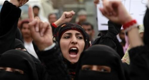 بعد عام من التعذيب داخل السجون.. نساء صنعاء أمام محاكمات باطشة