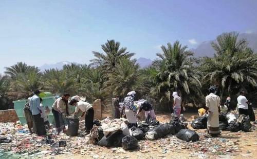 """بدعم إماراتي.. استئناف حملة """"من أجل سقطرى نظيفة"""" بمنطقة مصاقبهن (صور)"""
