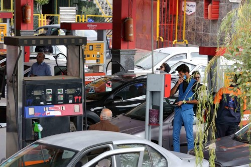 خوفًا من الغضب الشعبي.. الحكومة الإيرانية تتراجع عن زيادة الوقود