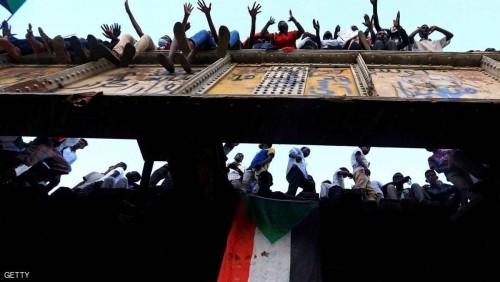 السودان.. حشود غفيرة تطالب وزارة الدفاع بتسليم السلطة لإدارة مدنية