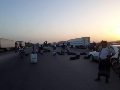 محتجون يقطعون الخط الدولي الرابط بين مديرية الريدة وقصيعر ومحافظة المهرة