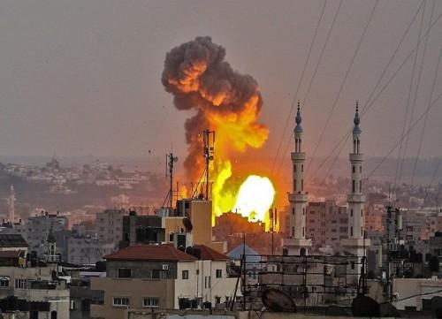 إسرائيل تشن غارات على مناطق متفرقة بغزة وحماس تهدد بالرد