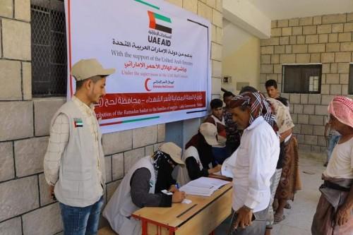 الهلال الأحمر الإماراتي يوزع 100 طن مواد غذائية على أكثر من 1200 من أسر الشهداء بلحج