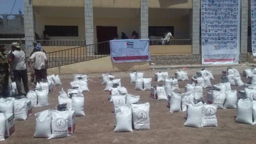 توزيع السلة الغذائية المقدمة من الهلال الإماراتي لأسر الشهداء بردفان